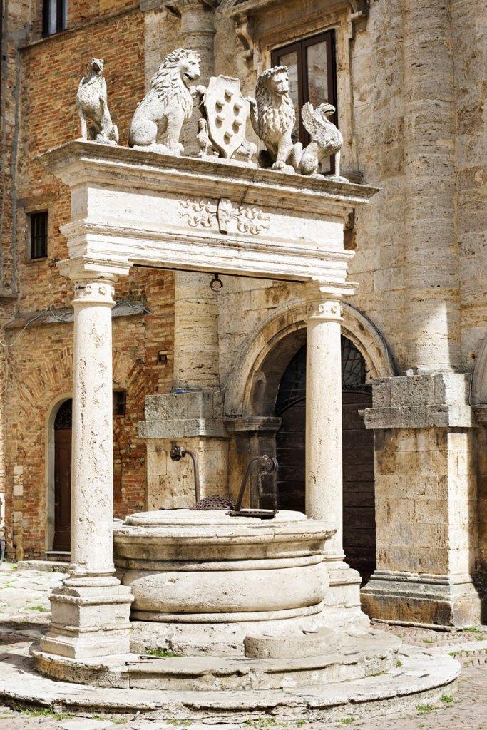 Колодец грифонов и львов с гербом Медичи, символизирующий власть флорентийской династии над городом