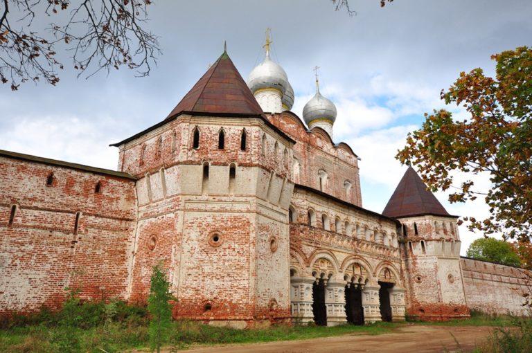Башни и южные ворота. 1670–1680-е. Надвратная церковь Сергия. 1679