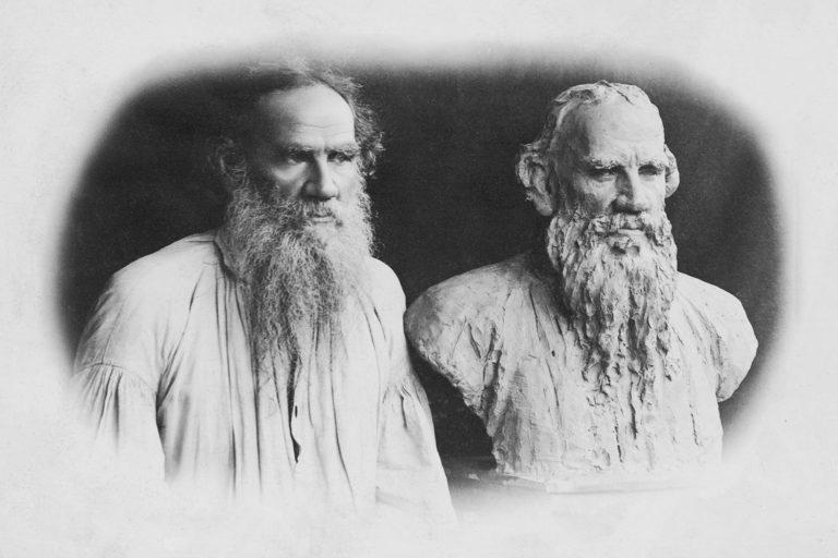 Лев Толстой рядом со своим скульптурным изображением работы И. Е. Репина (1844–1930). 1891