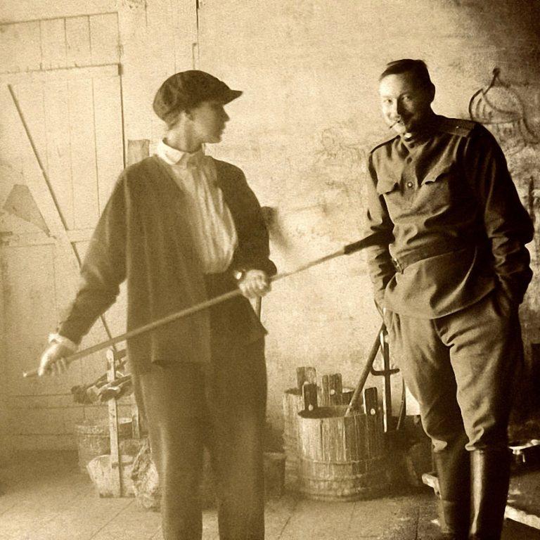 Наталья Гончарова и Михаил Ларионов в мастерских Большого театра. Москва, 1913